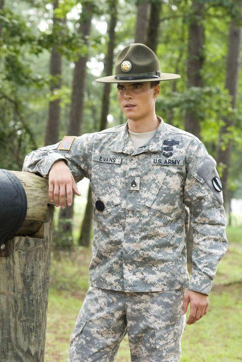 Wachsam verfolgt der passionierte Sergeant Mills Evans (Ryan Sypek) die Fähigkeiten seiner angehenden Soldaten, denn später müssen die Auszubildende... - Bildquelle: 2007 MAJOR PRODUCTIONS, INC.