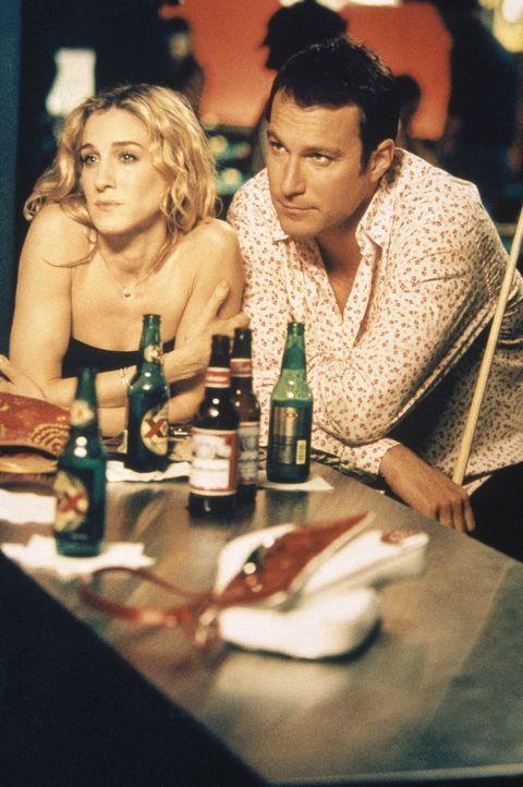 Carrie (Sarah Jessica Parker, l.) und Aidan (John Corbett, r.) sind ganz Ohr, als sie von Sams neuem Kunden erfahren: die berühmte Hotelkette des Ma... - Bildquelle: Paramount Pictures