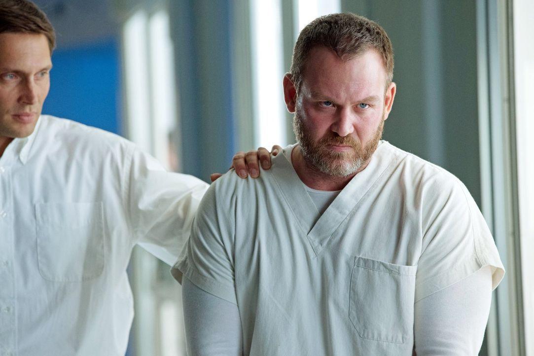"""Als Errol (Ty Olsson, r.) aus dem """"Ultra""""-Labor ausbricht, sorgt er für einige Probleme ... - Bildquelle: Warner Bros. Entertainment, Inc"""