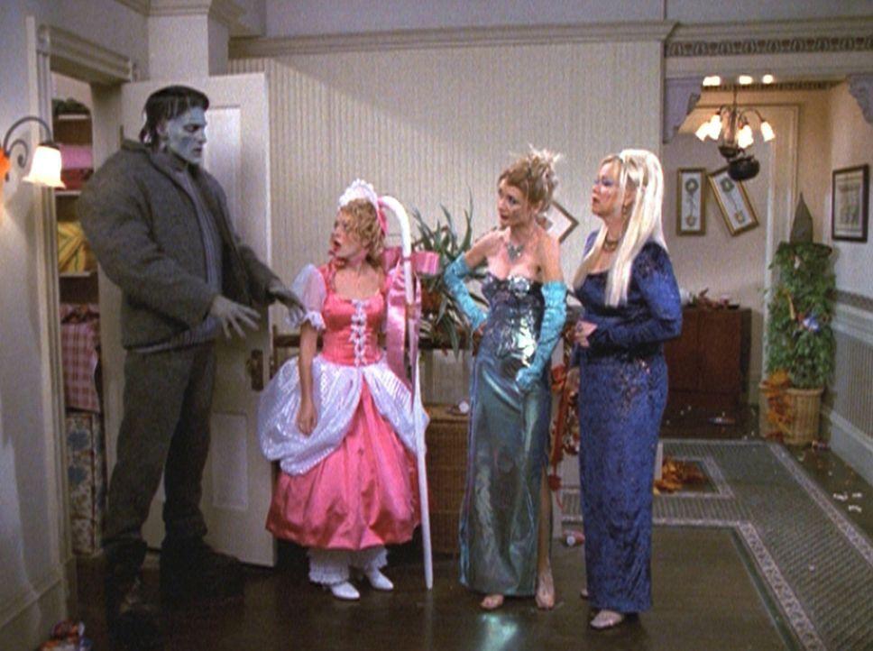 Als Zelda (Beth Broderick, 2.v.r.) und Hilda (Caroline Rhea, r.) nach Hause kommen, sind sie empört, dass Sabrina (Melissa Joan Hart, 2.v.l.) hinte... - Bildquelle: Paramount Pictures