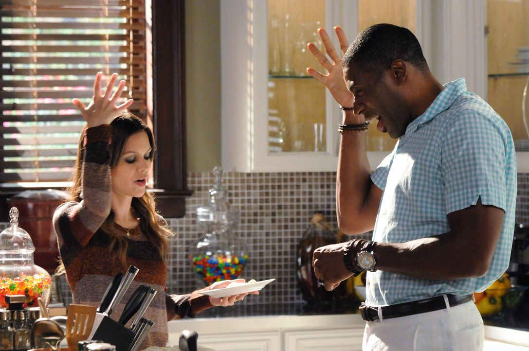 Lavon (Cress Williams, r.) gibt sein Bestes, um Zoe (Rachel Bilson, l.) die Eigenarten der Blubell Bewohner verständlich zu machen ... - Bildquelle: Warner Bros.