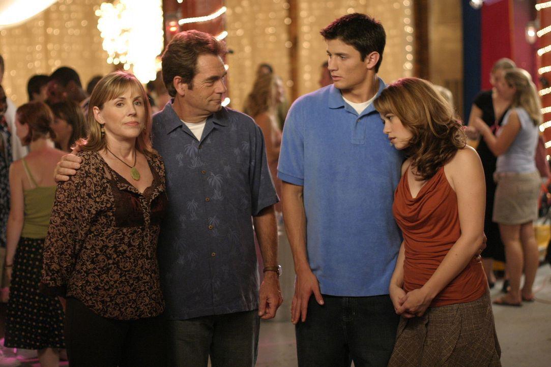 Jim (Huey Lewis, 2.v.l.) und Lydia (Bess Armstrong, l.) stehen zu der Entscheidung von Nathan (James Lafferty, 2.v.r.) und Haley (Bethany Joy Galeot... - Bildquelle: Warner Bros. Pictures