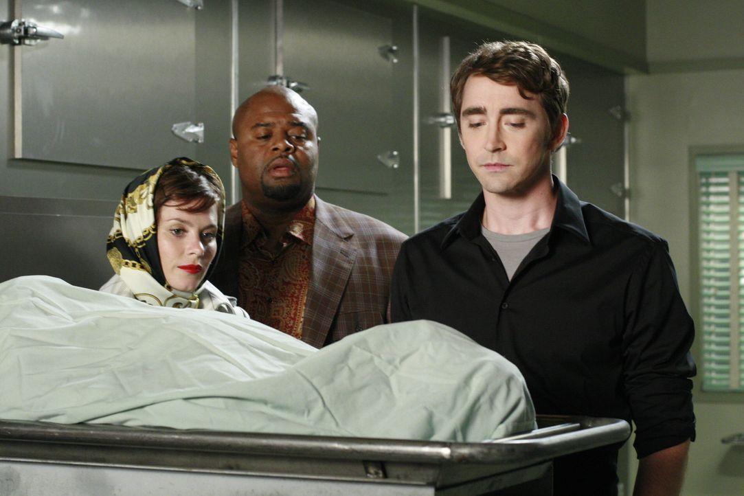 Chuck (Anna Friel, l.), Ned (Lee Pace r.) und Emerson Cod (Chi McBride, M.) besichtigen den Körper eines ermordeten Automobilsicherheitsspezialisten... - Bildquelle: Warner Brothers