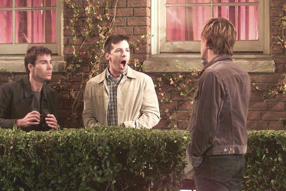 Kevin Bacon (r.) überrascht Jack (Sean Hayes, M.) und Will (Eric McCormack, l.) im Gebüsch gegenüber seinem Wohnzimmerfenster. - Bildquelle: NBC Productions