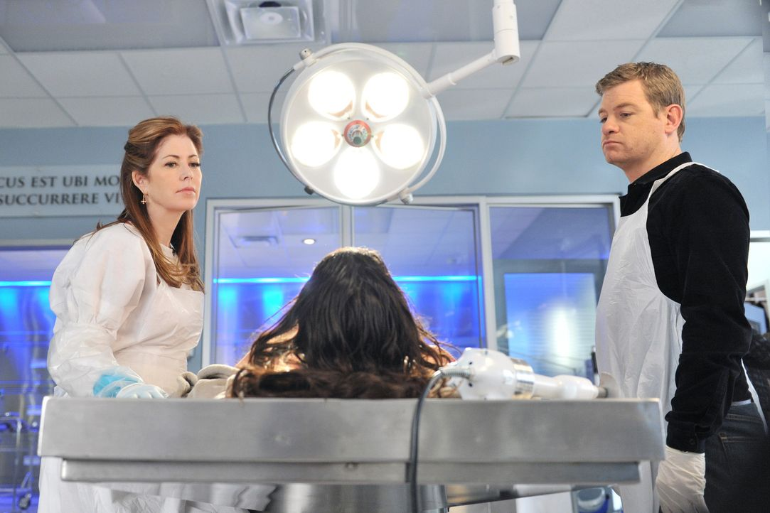 Megan (Dana Delany, l.) und Peter (Nicholas Bishop, r.) untersuchen die Leiche einer jungen Frau, die brutal ermordet wurde ... - Bildquelle: 2012 American Broadcasting Companies, Inc. All rights reserved.