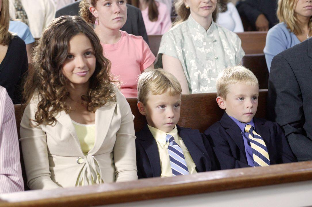 David (Lorenzo Brino, M.) und Sam (Nikolas Brino, r.) stauen über die Predigt ihrer großen Schwester, während Ruthie (MacKenzie Rosman, l.) nur an e... - Bildquelle: The WB Television Network