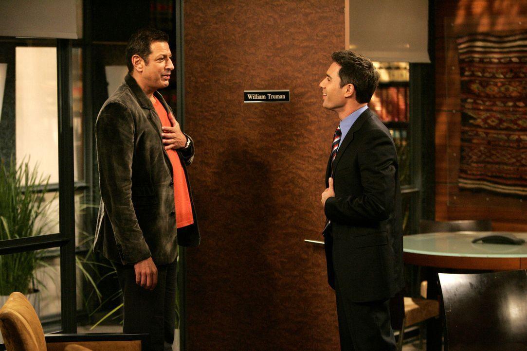 Um für seinen Artikel etwas über Karen herauszufinden, besucht Scott Woolley (Jeff Goldblum, l.) Will (Eric McCormack, r.) in seinem Büro ... - Bildquelle: Chris Haston 2003 NBC, Inc. All rights reserved.