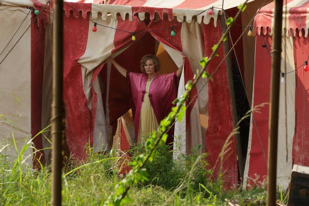 Elsa (Jessica Lange) versucht verzweifelt, mit ihren Freaks die bestmögliche Show einzustudieren. Doch das ist einfacher gesagt, als getan ... - Bildquelle: 2014-2015 Fox and its related entities. All rights reserved.