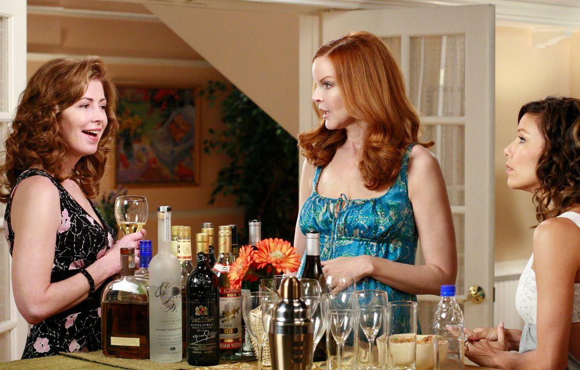 Susan möchte einen Spieleabend veranstalten und lädt die halbe Nachbarschaft dazu ein. Bree (Marcia Cross, M.) und Gabrielle (Eva Longoria, r.) woll... - Bildquelle: ABC Studios