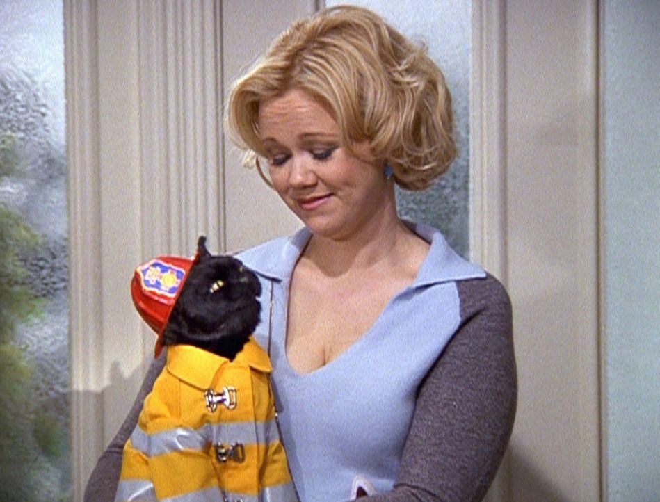 Hilda (Caroline Rhea) zeigt viel Verständnis für Salems Lebenstraum, ein richtiger Feuerwehrmann zu werden. - Bildquelle: Paramount Pictures