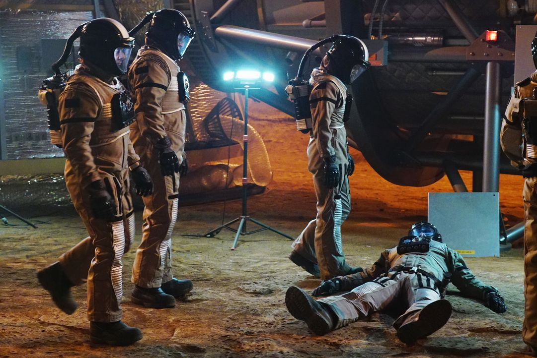Ein toter Astronaut, eine Marssimulation und keine Chance, den Täter zu finden: Kate (Stana Katic, r.), Castle (Nathan Fillion, 2.v.l.) und Esposito... - Bildquelle: Richard Cartwright ABC Studios