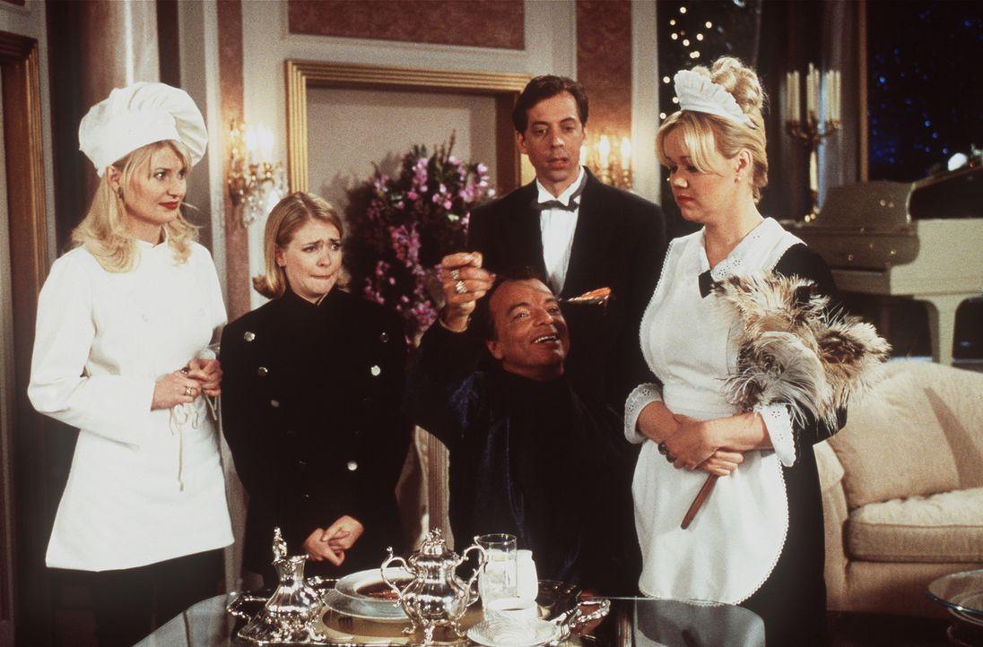 Als Dienstboten von Diamanten Dave (Edward Albert, M.) haben es Hilda (Caroline Rhea, r.), Zelda (Beth Broderick, l.) und Sabrina (Melissa Joan Hart... - Bildquelle: Paramount Pictures