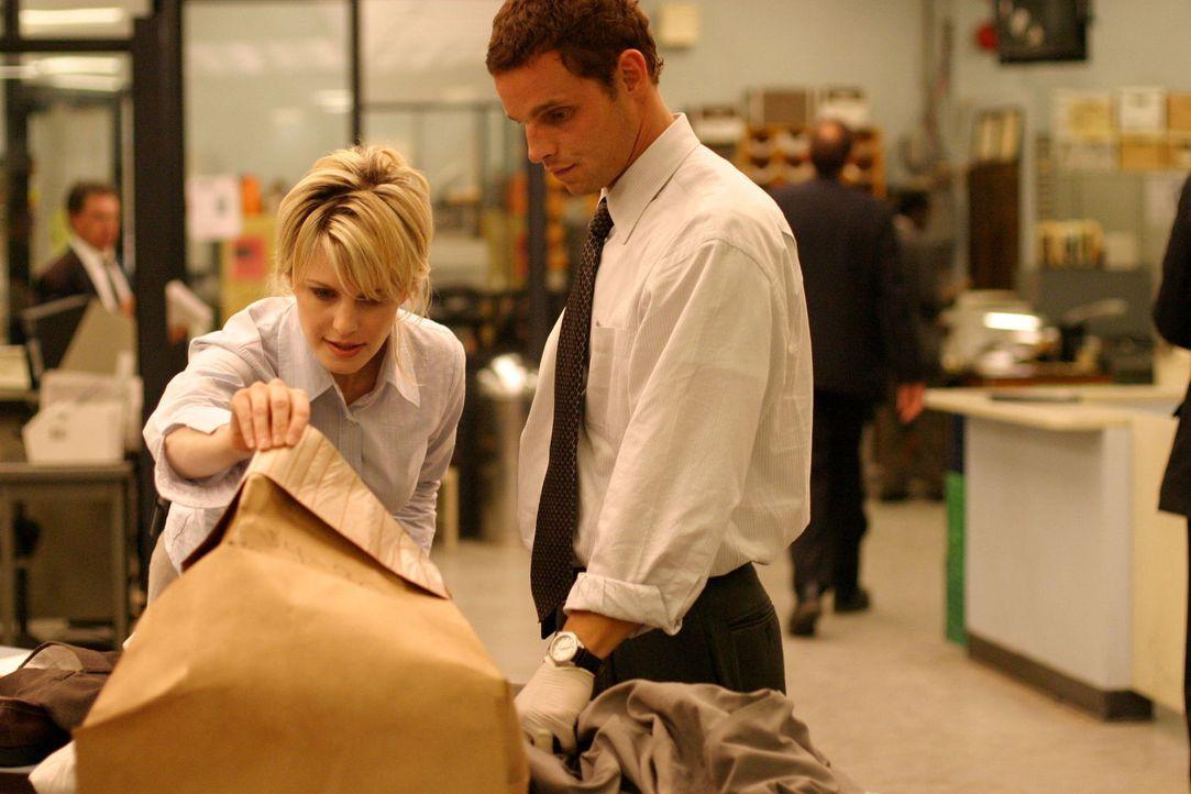 Der Inhalt des Päckchens scheint Det. Lilly Rush (Kathryn Morris, l.) und Chris Lassing (Justin Chambers, r.) nicht gerade zu erfreuen ... - Bildquelle: Warner Bros. Television