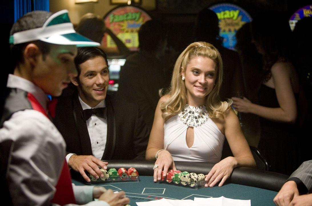 Die Casino-Nacht der Verbindungen steht an und Max (Michael Rady, M.) und Casey (Spencer Grammer, r.) hoffen auf den großen Gewinn ... - Bildquelle: 2008 ABC Family