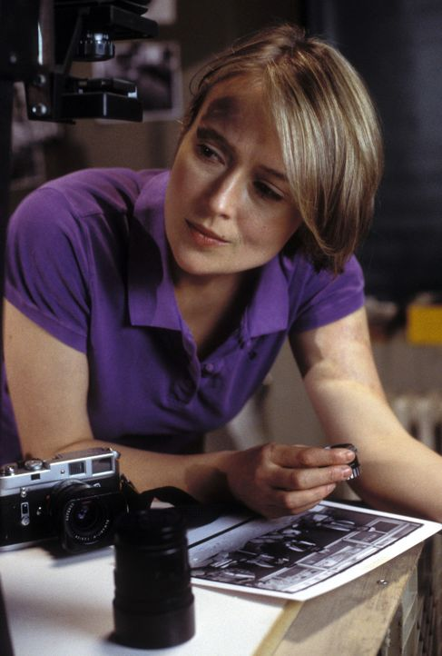 Auf einem Foto glaubt Betsy Chase (Jennifer Ehle), den Geist des toten Jungen zu sehen ... - Bildquelle: Myriad Pictures Inc.