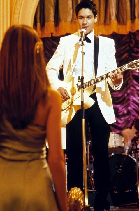 Hals über Kopf verliebt sich Daphne (Amanda Bynes, l.) in den nicht standesgemäßen Musiker Ian Wallace (Oliver James, r.), der ihr Einblick in die k... - Bildquelle: Warner Bros.