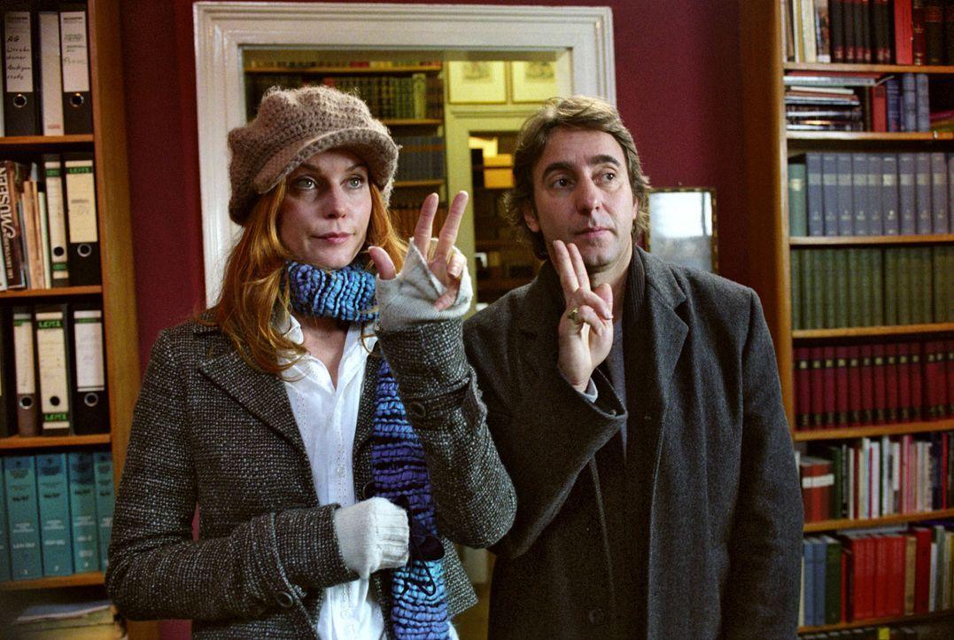 Sandra (Esther Schweins, l.) und René (Dieter Landuris, r.) versuchen Max zu überreden, Andrea mit ins Team zu nehmen. - Bildquelle: Sat.1