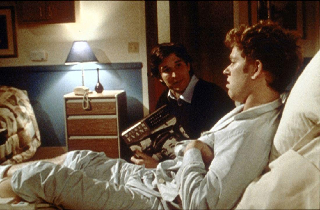 Carter (Noah Wyle, l.) versucht vergeblich, seinen durch Heroinmissbrauch schwer hirngeschädigten Cousin Chase (Jonathan Scarfe, r.) etwas aufzumunt... - Bildquelle: TM+  2000 WARNER BROS.