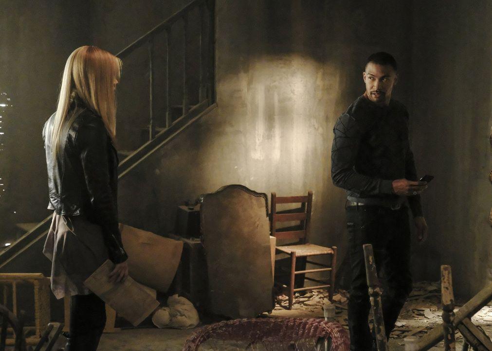 Rebekah (Claire Holt, l.) und Marcel (Charles Michael Davis, r.) machen sich zusammen auf die Suche nach dem Totem des Hollows, doch ihnen ist jeman... - Bildquelle: 2016 Warner Brothers