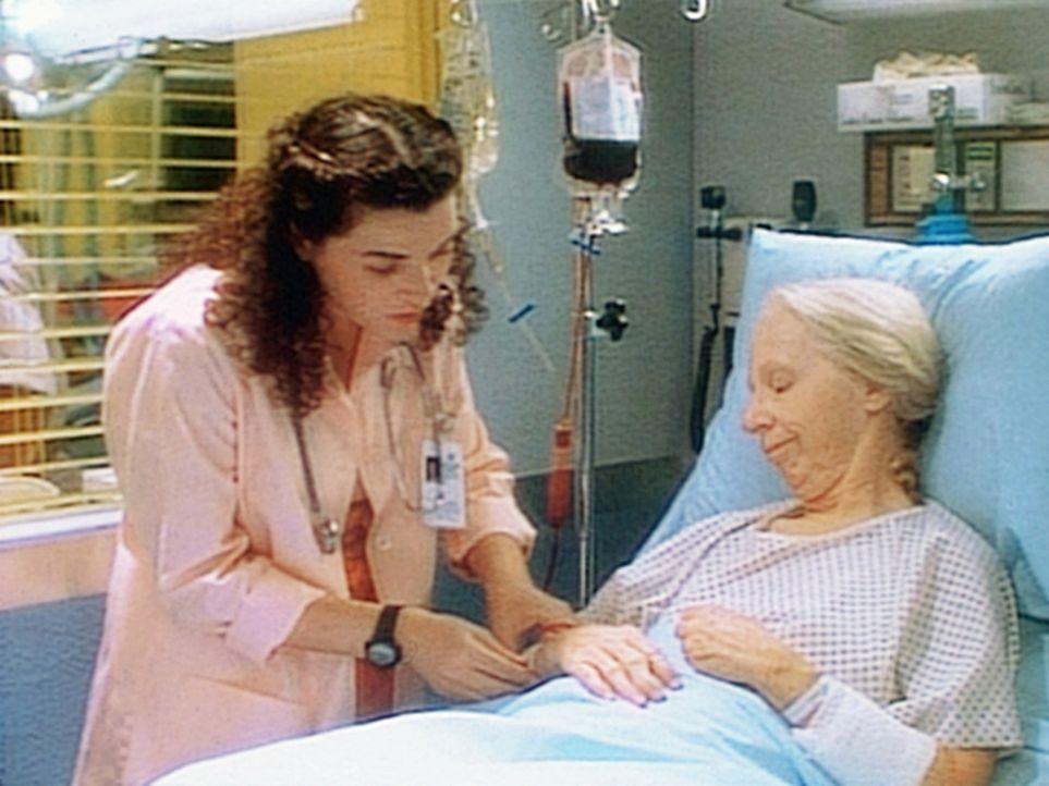 Hathaway (Julianna Margulies, l.) ist glücklich, dass sich die leukämiekranke Mrs. Packer zu einer Bluttransfusion hat überreden lassen. - Bildquelle: TM+  WARNER BROS.