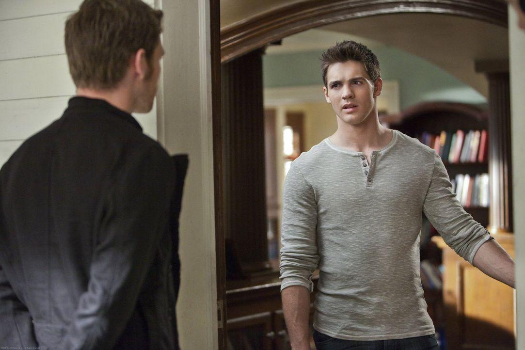 Jeremy (Steven R. McQueen, r.) staunt nicht schlecht als Klaus (Joseph Morgan, l.) plötzlich vor der Tür steht ... - Bildquelle: Warner Brothers