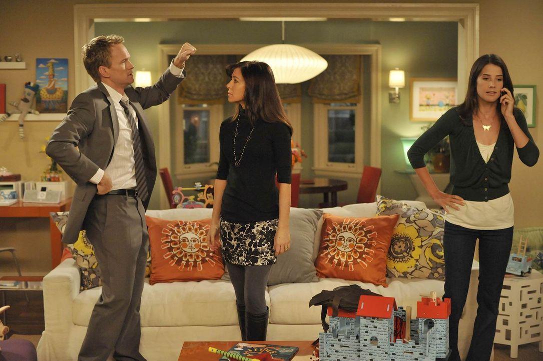 Während Robin (Cobie Smulders, r.) versucht ihren Job zurück zubekommen, diskutieren Barney (Neil Patrick Harris, l.) und Lily (Alyson Hannigan, M.)... - Bildquelle: 20th Century Fox International Television