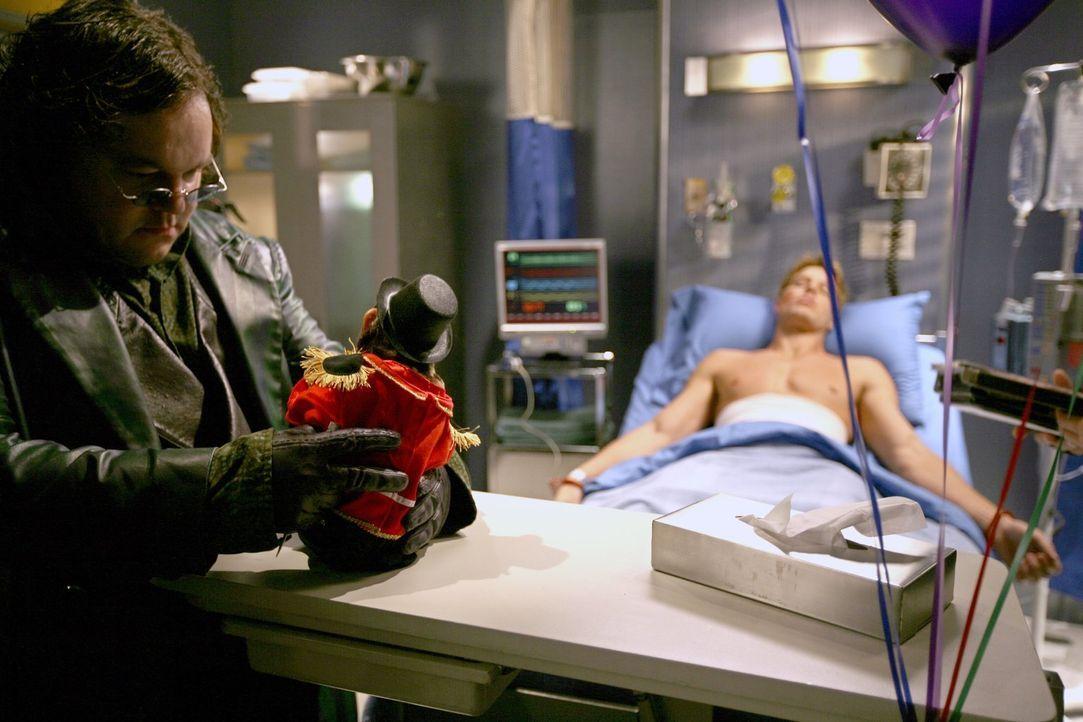 Durch die Explosion bei Luthor wird Oliver (Justin Hartley, r.) schwer verletzt. Dahinter steckt allerdings nicht Lex, sondern der verrückte Spielze... - Bildquelle: Warner Bros.