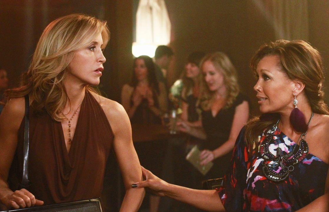 Wollen in einer Bar ihren Marktwert testen: Lynette (Felicity Huffman, l.) und Renee (Vanessa Williams, r.) ... - Bildquelle: ABC Studios