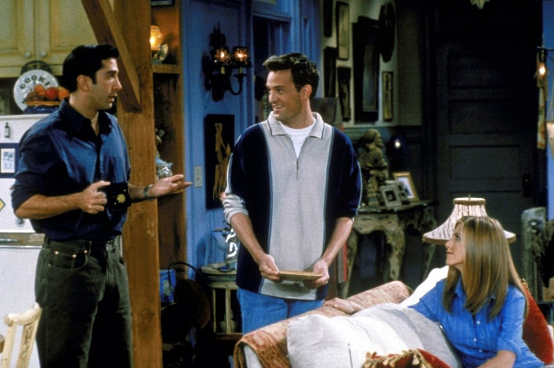 Ross (David Schwimmer, l.), Chandler (Matthew Perry, M.) und Rachel (Jennifer Aniston, r.) diskutieren über Geburtstagsgeschenke für Kathy: Chandl... - Bildquelle: TM+  2000 WARNER BROS.