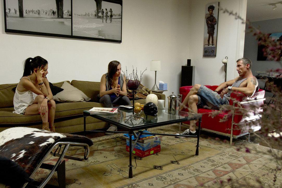 Leigh Ann (M.) kommt von einer Geschäftsreise zurück. Megan (l.) und Chris (r.) sind sich sicher, dass sein Gespräch dringend nötig ist ... - Bildquelle: Showtime Networks Inc. All rights reserved.