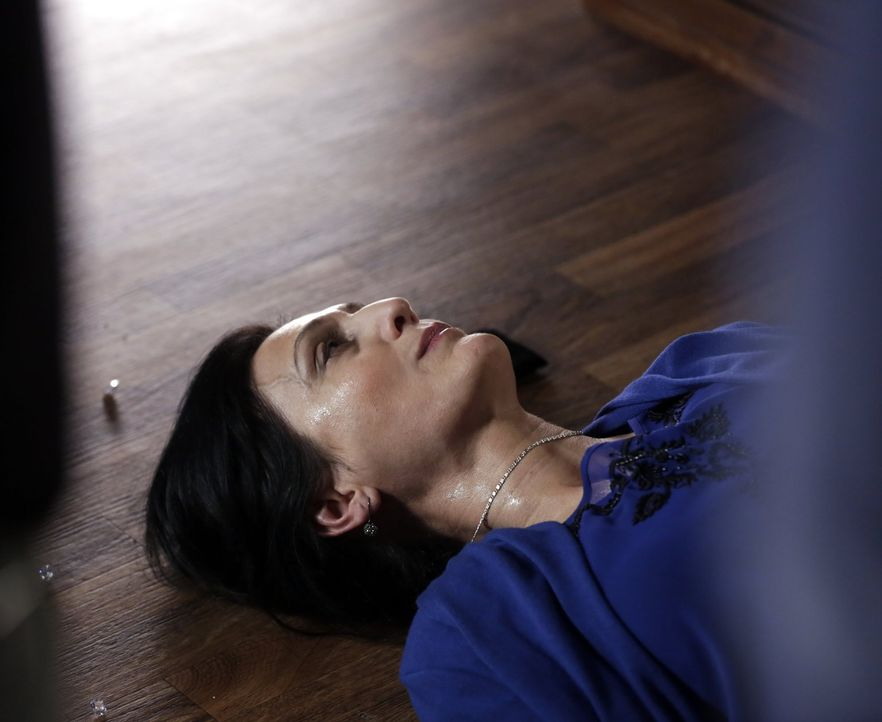 Während Henry und Jo herausfinden wollen, was mit dem König passiert ist, kollabiert Zarina (Jacqueline Antaramian) ... - Bildquelle: Warner Bros. Television