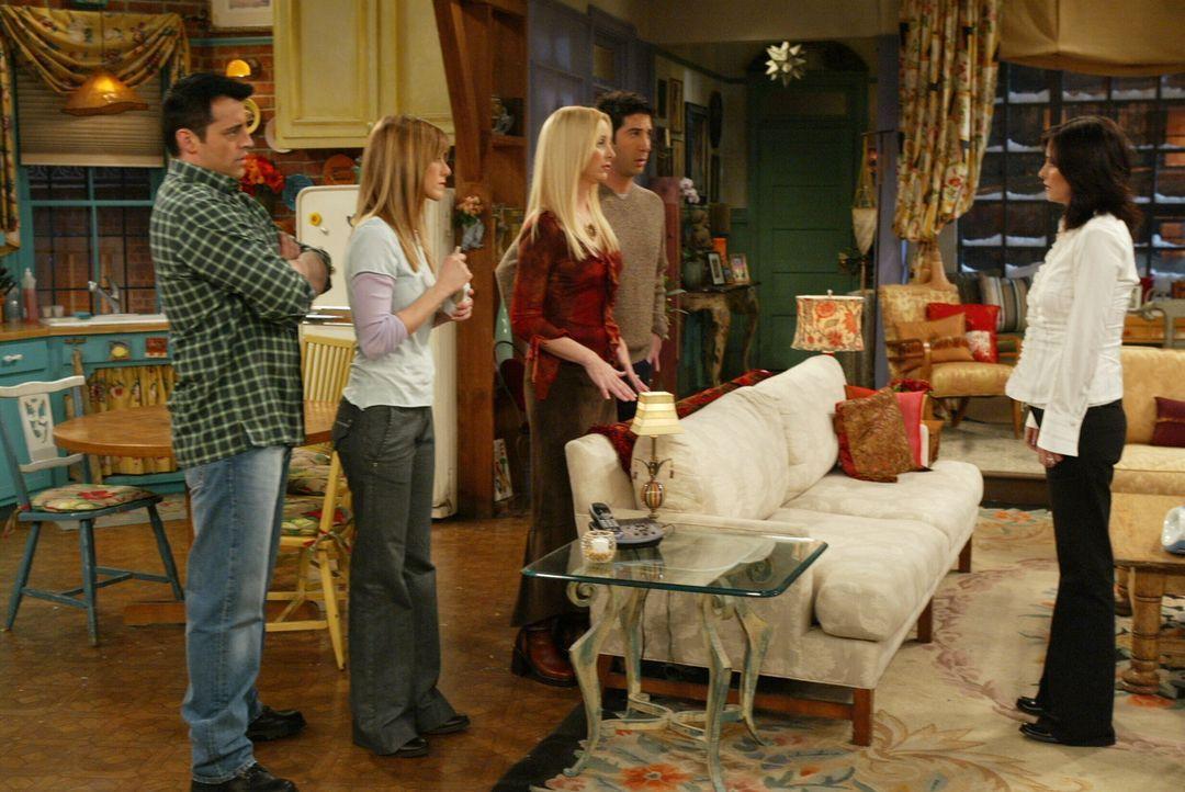 Nachdem Rachel (Jennifer Aniston, 2.v.l.) und Phoebe (Lisa Kudrow, M.) Chandler mit einer Blondine gesehen haben, sind sie sich sicher, dass er eine... - Bildquelle: 2003 Warner Brothers International Television