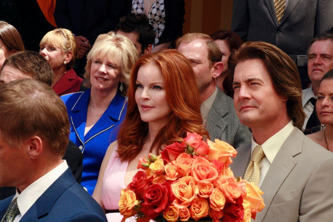 Bree (Marcia Cross, 2.v.r.) und Orson (Kyle MacLachlan, r.) kehren aus der Schweiz zurück, um Gabrielles Märchenhochzeit mitzufeiern ... - Bildquelle: 2005 Touchstone Television  All Rights Reserved