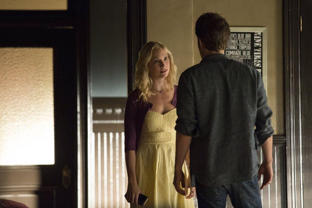 Während Caroline (Candice Accola, l.) zusammen mit Stefan (Paul Wesley, r.) versucht, Carolines Mutter zu retten, spricht Enzo genau das aus, was Ca... - Bildquelle: Warner Bros. Entertainment, Inc