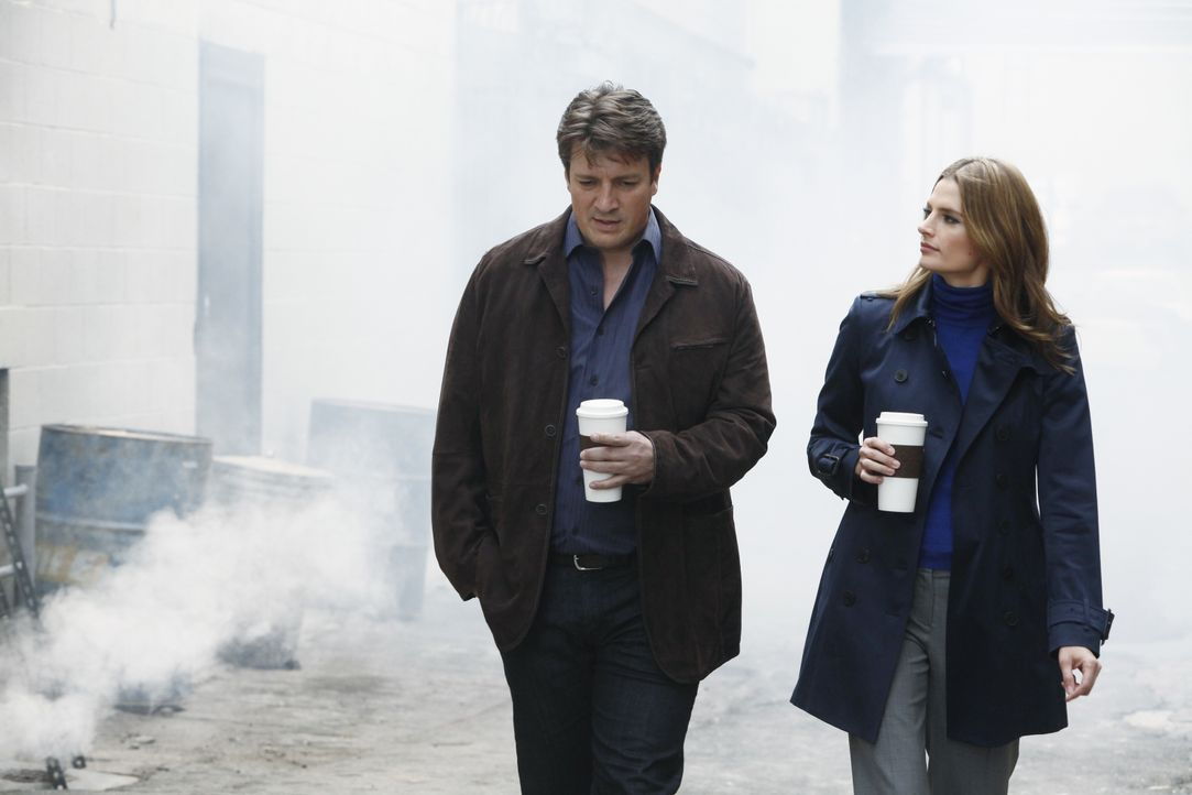 Im Verlauf der Ermittlungen kommen sich Richard Castle (Nathan Fillion, l.) und Kate Beckett (Stana Katic, r.) wieder etwas näher ... - Bildquelle: 2012 American Broadcasting Companies, Inc. All rights reserved.