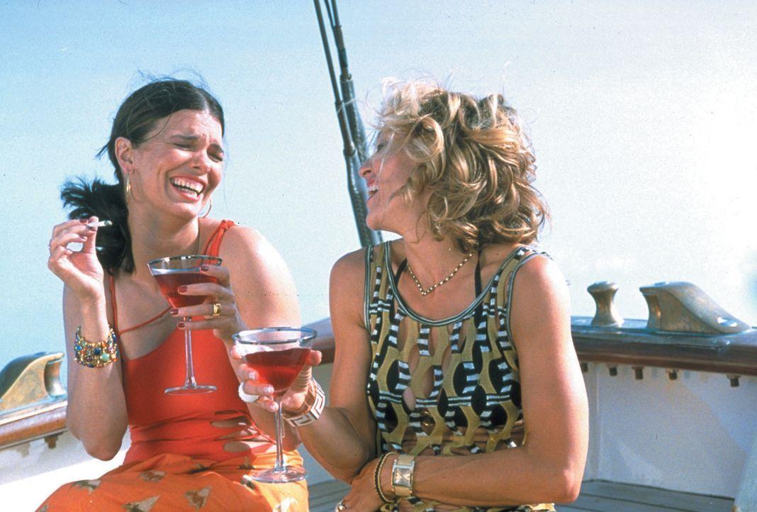 Gemeinsam mit zwei befreundeten Paaren (Jeanne Tripplehorn, l.) brechen Amber Leighton (Madonna, r.) und ihr Gatte Tony zu einer privaten Kreuzfahrt... - Bildquelle: 2003 Sony Pictures Television International