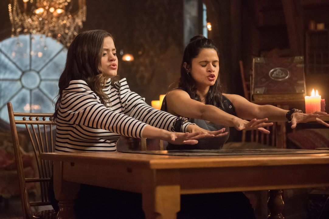 Maggie (Sarah Jeffery, l.); Mel (Melonie Diaz, r.) - Bildquelle: Dean Buscher 2018 The CW Network, LLC. All Rights Reserved.