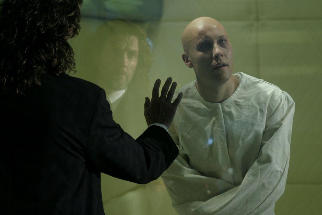 Da Lex (Michael Rosenbaum, r.) nicht von seiner Mordtheorie abkommt, will Lionel (John Glover, l.) seinem Sohn die vermeintliche geistliche Verwirru... - Bildquelle: Warner Bros.