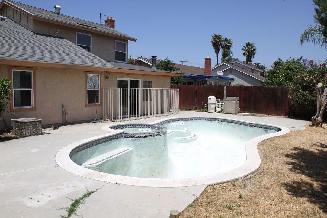 In diesem Pool will keiner baden, aber Tarek und Christina kennen eine Lösung ... - Bildquelle: 2013,HGTV/Scripps Networks, LLC. All Rights Reserved