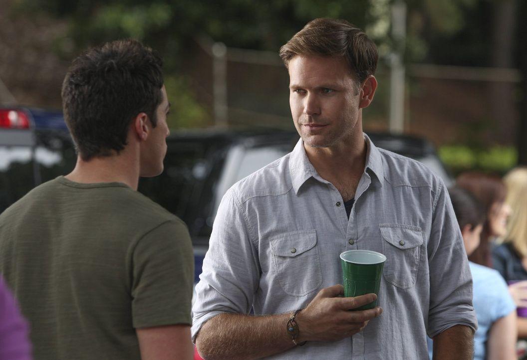 Als Tyler (Michael Trevino, l.) Alaric (Matt Davis, r.) versichert, dass er alles unter Kontrolle hat, glaubt dieser ihm kein Wort ... - Bildquelle: Warner Bros. Entertainment, Inc