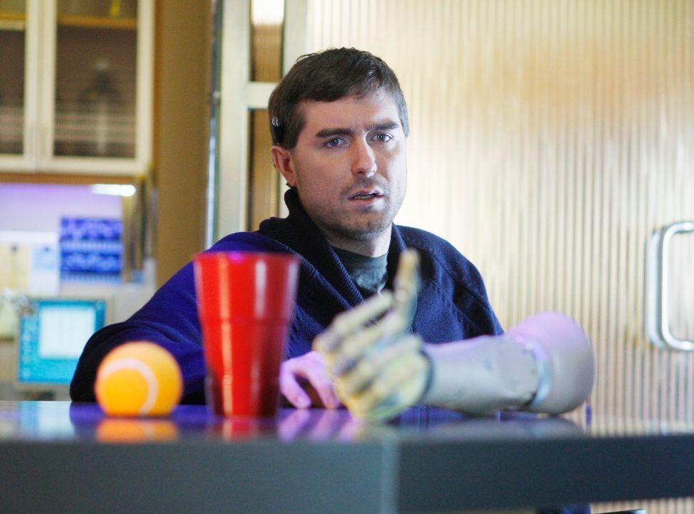 Dr. Gabriel Fife (Michael Patrick Thornton), Naomi und Pete betrachten fasziniert den neuen mechanischen Arm eines Patienten. Er scheint wunderbar z... - Bildquelle: ABC Studios