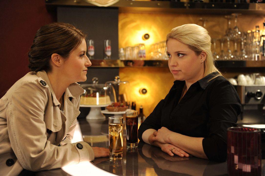 Sind immer noch schockiert über den tragischen Unfall: Bea (Vanessa Jung, l.) und Miriam (Caroline Maria Frier, r.) ... - Bildquelle: SAT.1