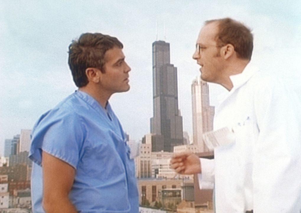 Auf Dr. Ross (George Clooney, l.) kommen einige Problem zu. Dr. Greene (Anthony Edwards, r.) muss ein ernstes Gespräch mit seinem Kollegen führen. - Bildquelle: TM+  WARNER BROS.