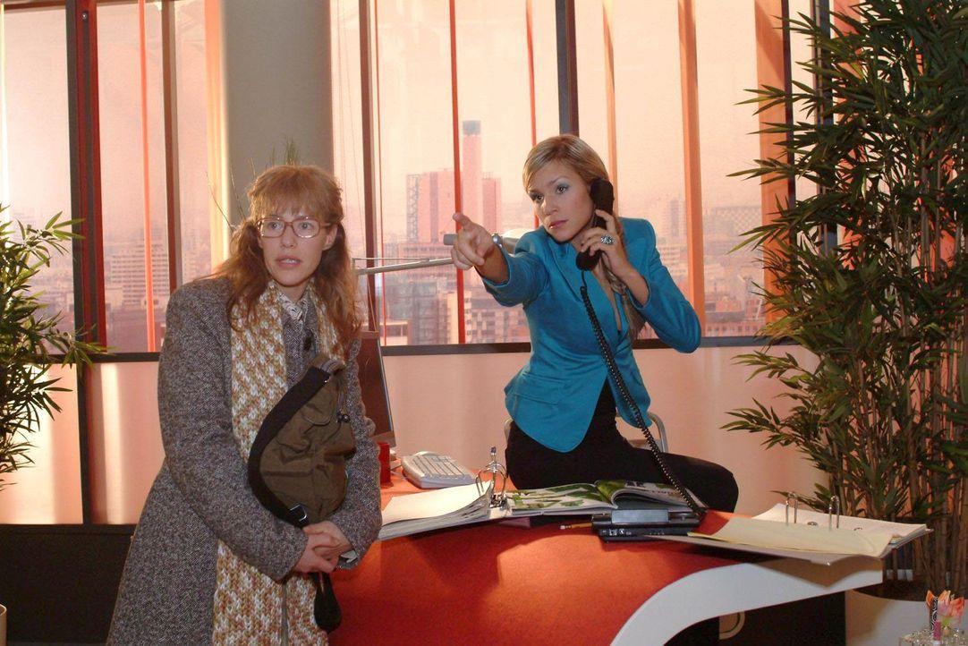 """Bei """"Kerima Moda"""" trifft Lisa (Alexandra Neldel, l.) auf die eiskalte Blondine Sabrina Hofmann (Nina-Friederike Gnädig, r.), die dort als Empfangsd... - Bildquelle: Sat.1"""