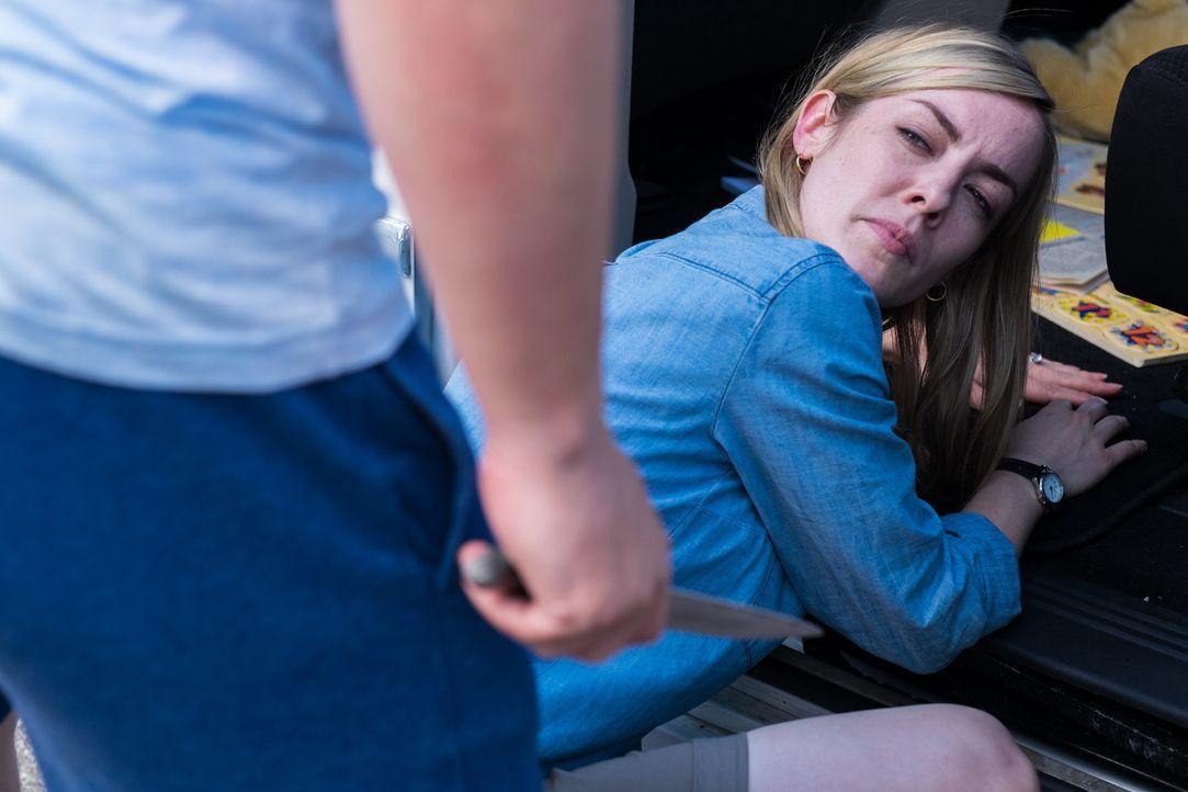 Die junge Mutter Julie Weil (Katie Evans) wird zusammen mit ihren Kindern am helllichten Tag vor der Kirche entführt und durchlebt daraufhin einen A... - Bildquelle: Darren Goldstein Cineflix 2015