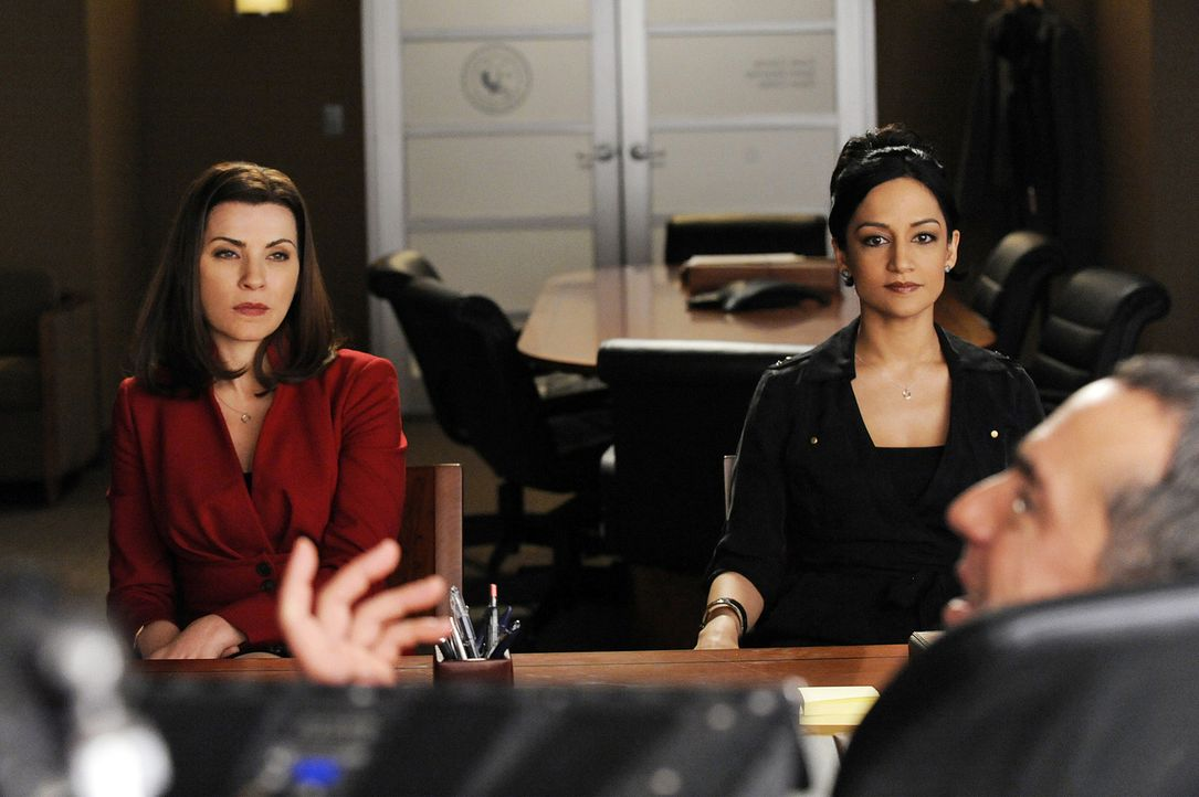 Kalinda Sharma (Archie Panjabi, r.) gerät ins Visier der Staatsanwaltschaft und nimmt sich Alicia Florrick (Julianna Margulies, l.) als Verteidiger... - Bildquelle: CBS   2011 CBS Broadcasting Inc. All Rights Reserved.