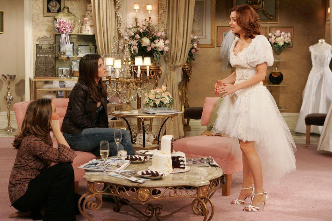 Keine leichte Aufgabe: Robin (Cobie Smulders, 2.v.l.) und Victoria (Ashley Williams, l.) versuchen Lily (Alyson Hannigan, r.) bei der Auswahl des ri... - Bildquelle: 20th Century Fox International Television
