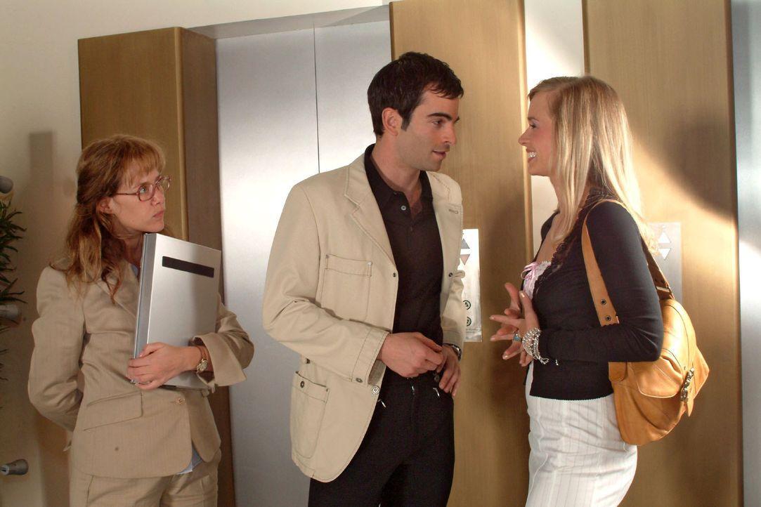 Lisa (Alexandra Neldel, l.) kann nicht glauben, dass David (Mathis Künzler, M.) angesichts von Verenas (Annett Fleischer, r.) Reizen wieder rückf - Bildquelle: Sat.1