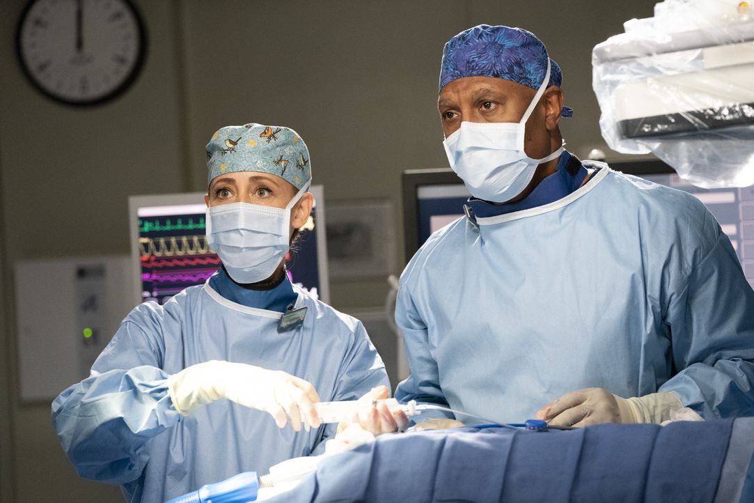 Dr. Teddy Altman (Kim Raver, l.); Dr. Richard Webber (James Pickens Jr., r.) - Bildquelle: Mitch Haaseth ABC Studios / Mitch Haaseth