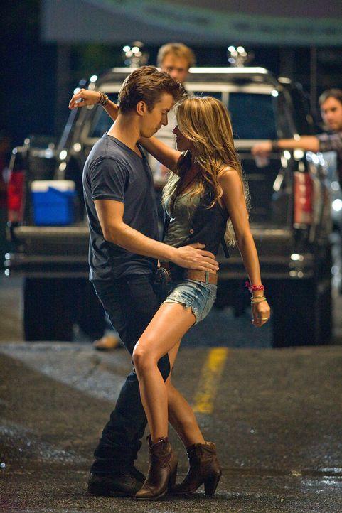 Kaum schwingen Ren (Kenny Wormald, l.) und Ariel (Julianne Hough, r.) gemeinsam das Tanzbein, da fliegen auch schon Funken zwischen dem Rebellen und... - Bildquelle: 2010 Paramount Pictures. All Rights Reserved.